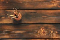Pinceaux sur le fond en bois illustration de vecteur