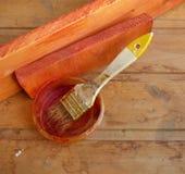 pincel Bem-usado no banco no fundo de madeira Imagem de Stock Royalty Free