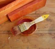 pincel Bem-usado no banco no fundo de madeira Imagens de Stock Royalty Free