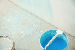 Pincel com pintura azul renovation foto de stock royalty free
