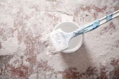 Pincel com pintura branca renovation fotografia de stock