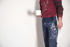 Pincel das m?os do homem com pintura branca renovation fotografia de stock royalty free