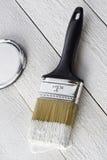 Pincel e pintura branca Fotos de Stock Royalty Free