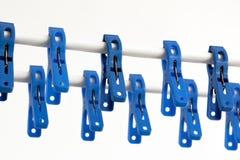 Pinces à linge bleues sur une chaîne de caractères Photo libre de droits