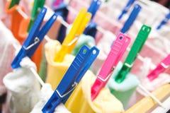 Pinces à linge colorées Photographie stock libre de droits