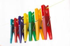 Pinces à linge colorées accrochant sur une corde à linge 7 Photos libres de droits