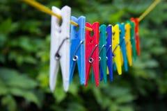 Pinces à linge colorées accrochant sur une corde à linge 4 Photographie stock