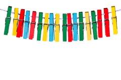Pinces à linge colorées accrochant sur une ligne dans une rangée Image libre de droits