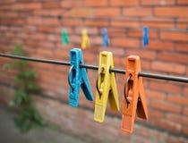 Pinces à linge colorées au fil Photographie stock