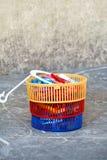 Pinces à linge colorées dans le panier Photos libres de droits