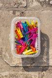 Pinces à linge colorées dans le panier en plastique Images libres de droits