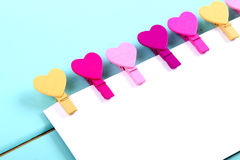 Pinces à linge colorées dans une forme de coeur Photo stock
