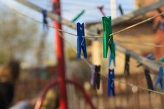 Pinces à linge colorées sur la corde à linge Images stock