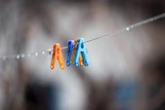 Pinces à linge colorées sur la corde à linge dehors Photos libres de droits
