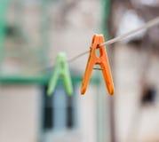 Pinces à linge colorées sur la corde à linge dehors Photo stock