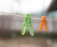 Pinces à linge colorées sur la corde à linge dehors Photo libre de droits