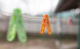 Pinces à linge colorées sur la corde à linge dehors Images libres de droits