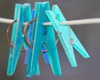 Pinces à linge colorées sur une corde à linge Photographie stock libre de droits