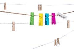 Pinces à linge colorées sur une corde à linge, les travaux domestiques de cheville de bride Image libre de droits