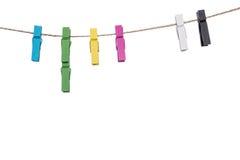 Pinces à linge colorées sur une corde à linge, les travaux domestiques de cheville de lien de bride Photo stock