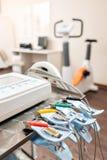Pinces à linge de la machine d'ECG dans le premier plan Test de tension cardiaque et VO2 dans une étude médicale, surveillée par photo libre de droits