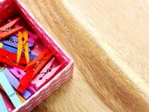 Pinces à linge en bois colorées Photographie stock libre de droits