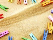 Pinces à linge en bois colorées Image stock