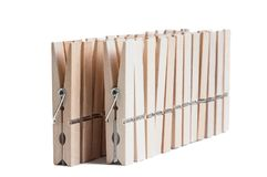 Pinces à linge en bois d'isolement sur le fond blanc Photos libres de droits