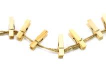 Pinces à linge en bois de collection sur une corde Photographie stock