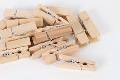 Pinces à linge en bois se trouvant sur la table Images stock