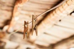 Pinces à linge en bois sur la corde Image stock