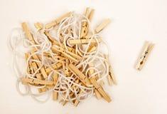Pinces à linge en bois sur une corde blanche Photographie stock