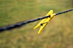 Pinces à linge en plastique accrochant sur la corde Images libres de droits