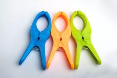 Pinces à linge en plastique colorées photos stock