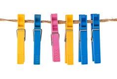 Pinces à linge en plastique multicolores sur une corde Photos libres de droits