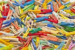 Pinces à linge multicolores Images stock