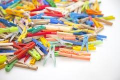 Pinces à linge multicolores Photographie stock