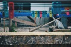 Pinces à linge multicolores sur la corde à linge Image stock