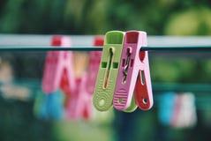 Pinces à linge multicolores sur la corde à linge Image libre de droits