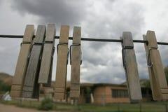 7 pinces à linge soufflant dans le vent Image libre de droits