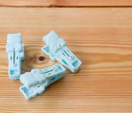 Pinces à linge sur le fond en bois Images libres de droits