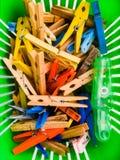 Pinces à linge sur un panier Photos stock