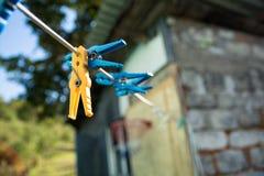 Pinces à linge sur une corde Image stock