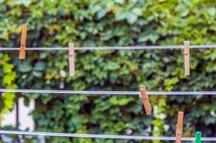 Pinces à linge sur une corde en plastique Photos stock