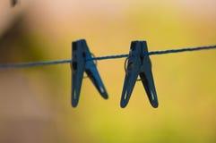 Pinces à linge sur une corde tendue image libre de droits