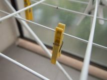 Pinces à linge sur une ligne blanche dessiccateur photos stock