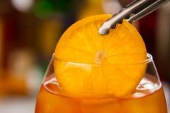 Pinces avec la tranche d'orange photos stock
