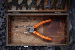 Pinces dans la boîte à outils Images stock