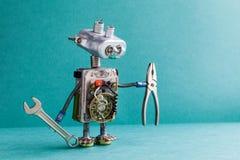 Pinces de clé de bricoleur de robot d'électricien L'ampoule de lampe de jouet de cyborg de mécanicien observe les fils principaux images libres de droits