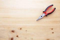 Pinces sur une table en bois Photographie stock libre de droits